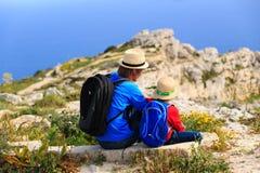 Vater- und Sohnreise in den Bergen Stockbilder