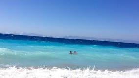 Vater- und Sohnschwimmen im Ägäischen Meer stockbilder