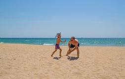 Vater- und Sohnspiel auf dem Strand stockbilder
