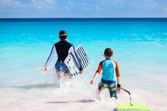 Vater- und Sohnsurfen Stockfotos