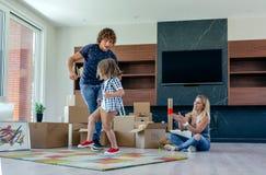 Vater- und Sohntanzen, während Mutter sie betrachtet lizenzfreie stockbilder