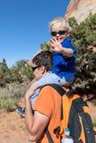 Vater- und Sohnwandern lizenzfreie stockbilder