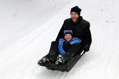 Vater- und Sohnwinterspaß Lizenzfreies Stockfoto