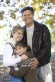 Vater und Töchter lizenzfreies stockbild