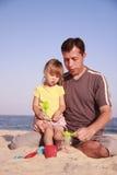 Vater und Tochter auf dem Seeufer Lizenzfreies Stockbild
