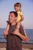 Vater und Tochter auf dem Seeufer Stockbilder