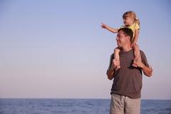 Vater und Tochter auf dem Seeufer Stockfotos