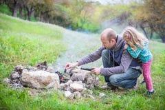 Vater und Tochter auf der Natur Stockbild