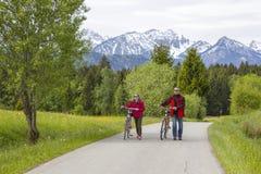 Vater und Tochter auf einer Reise zu den Alpen stockbilder