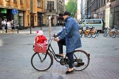 Vater und Tochter auf Fahrrad Stockfotografie
