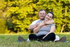 Vater und Tochter auf Gras Stockfotos