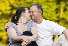 Vater und Tochter auf Gras Lizenzfreies Stockfoto