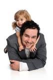 Vater und Tochter, die auf Fußboden legen stockbild