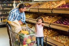 Vater und Tochter, die das Einkaufen tun Stockfotografie