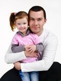 Vater und Tochter, die das Lächeln umarmen Lizenzfreies Stockfoto