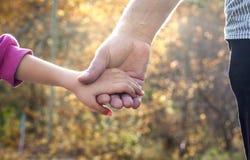 Vater und Tochter, die eigenhändig Hand halten Stockbild