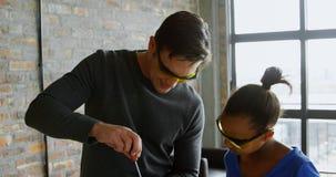 Vater und Tochter, die ein Brummen 4k reparieren stock video footage