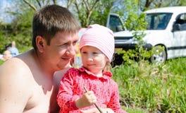 Vater und Tochter, die ein Frühlingspicknick genießen Stockbilder