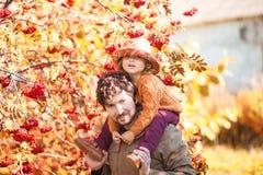 Vater und Tochter, die einen Spaß im Herbstpark haben Stockbilder