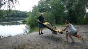 Vater und Tochter, die herauf das Zelt, vorbereitend zu Nacht in den wilden, grünen Tourismus sich setzt und wandern Glückliches  stock footage