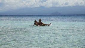 Vater und Tochter, die im Meer spielen stock footage