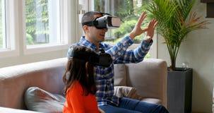 Vater und Tochter, die Kopfhörer 4k der virtuellen Realität verwendet stock video footage