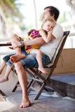 Vater und Tochter, die sich entspannen Stockfotos