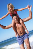 Vater und Tochter, die Spaß auf Strand haben Lizenzfreie Stockbilder