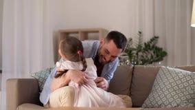 Vater und Tochter, die Spaß kitzeln und haben stock video