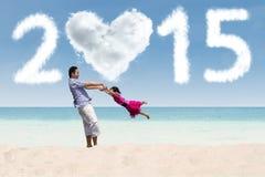 Vater und Tochter, die am Strand spielen Lizenzfreie Stockbilder