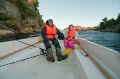 Vater und Tochter, die von glänzendem Ausflug zurückkommen Lizenzfreie Stockfotografie