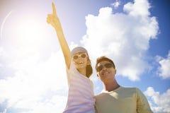 Vater und Tochter, die weg schauen und Zeigen lizenzfreie stockbilder