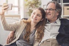 Vater und Tochter, die zusammen Foto machen lizenzfreie stockfotos
