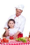 Vater und Tochter, die zusammen kochen lizenzfreie stockfotos