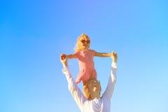 Vater und Tochter, die zusammen, Spaß habend spielt Stockbild
