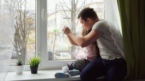 Vater und Tochter, die zusammen spielen stock footage