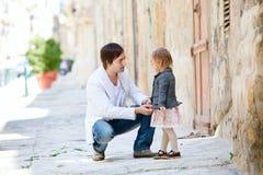 Vater und Tochter draußen in der Stadt Stockbilder