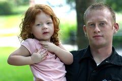 Vater und Tochter draußen, Nahaufnahme Stockfoto