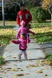 Vater-und Tochter-Gehen Stockbild