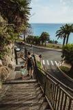 Vater und Tochter gehen die Treppe von der Aussichtsplattform im Schloss-Hügel oder in Park Colline du Chateau in Nizza, Frankrei lizenzfreie stockfotos