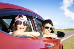 Vater und Tochter genießen Autoreise stockbild