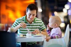 Vater und Tochter im Kaffee lizenzfreie stockfotos