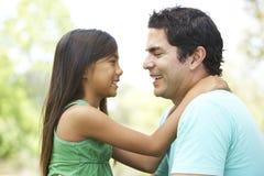 Vater und Tochter im Park Stockfotos