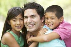 Vater und Tochter im Park Lizenzfreies Stockfoto