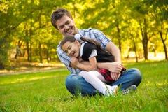 Vater und Tochter im Park stockbild