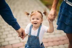 Vater und Tochter im Sommerpark lizenzfreie stockbilder