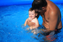 Vater und Tochter im Swimmingpool lizenzfreie stockfotos