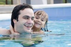 Vater und Tochter im Swimmingpool stockfoto