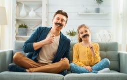 Vater und Tochter mit dem Schnurrbart auf Stock stockfotografie