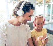 Vater und Tochter mit Gerät Lizenzfreies Stockbild